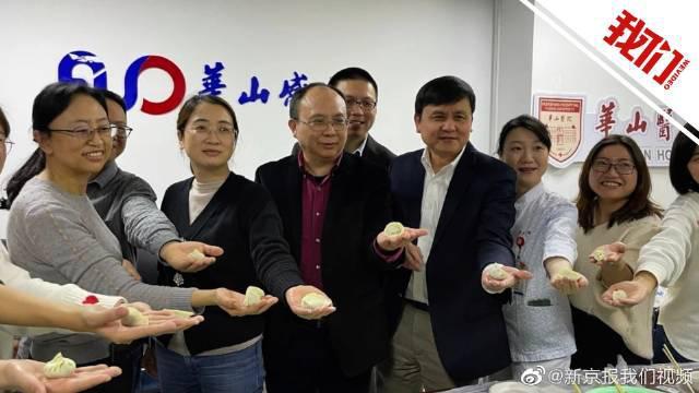 张文宏与同事留守包饺子