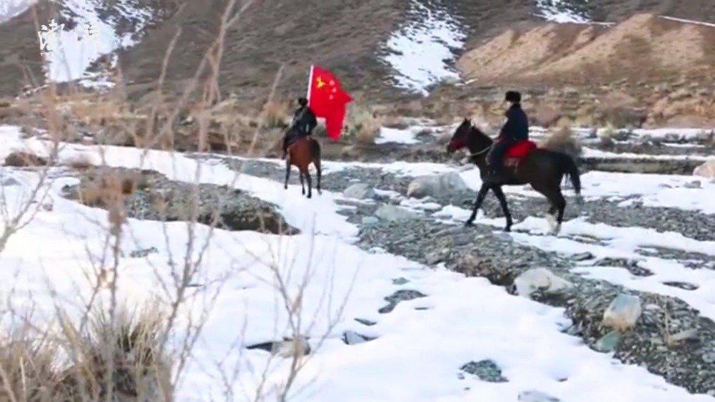 民警骑马为牧民送祝福