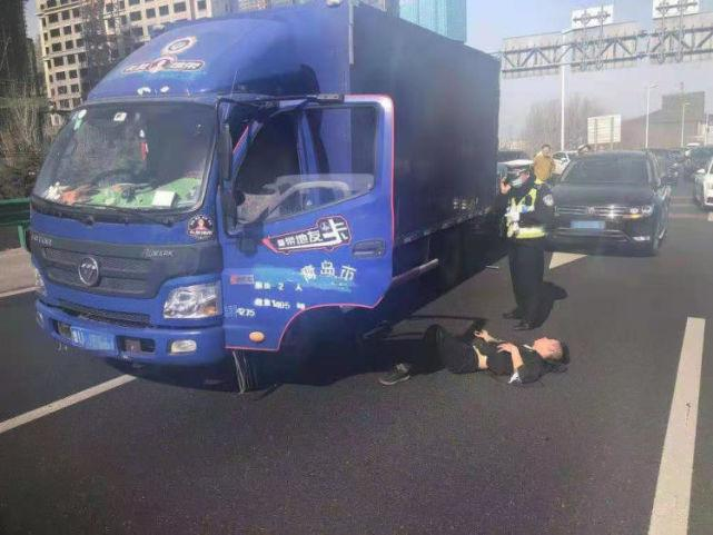 车窗抛物引不满,3名司机青岛东收费站出口大打出手