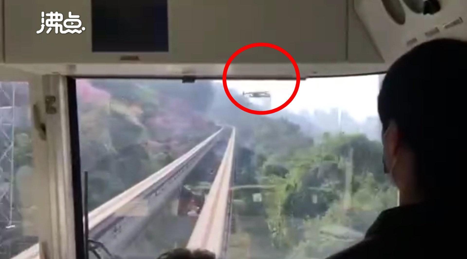 网红轻轨遭航拍无人机撞车