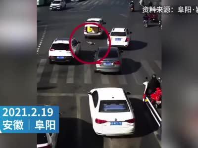 惊险一幕!4岁男童突然从汽车后备厢掉落