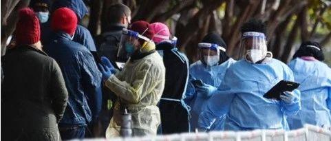"""""""翻个身可能就没命了"""",美国抗疫护士讲述致命疫情"""