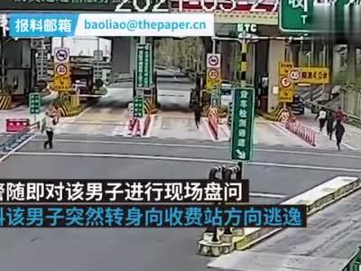 四川泸定一检查站查获涉毒男子,民警在抓捕中受轻伤