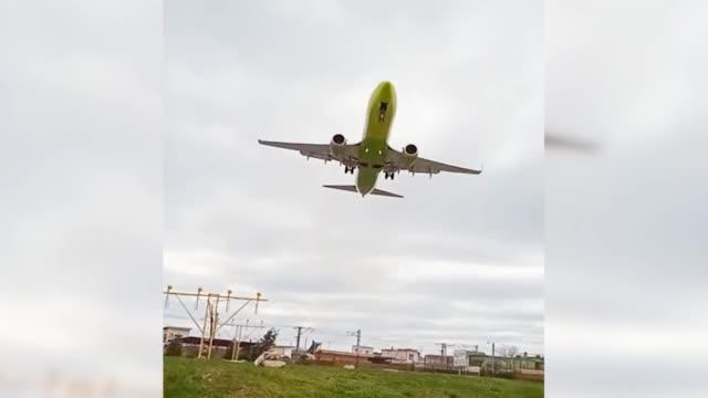 俄客机即将着陆被大风吹上天