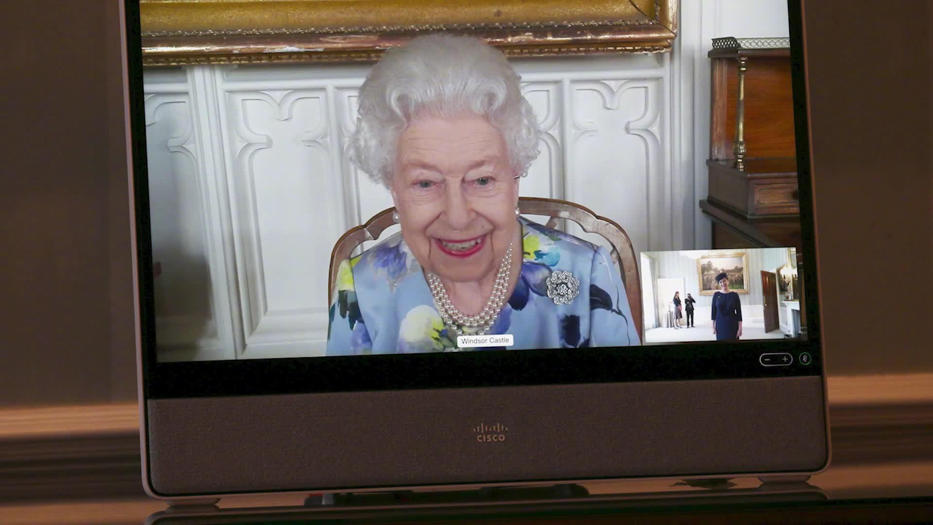 英女王重新履行公务