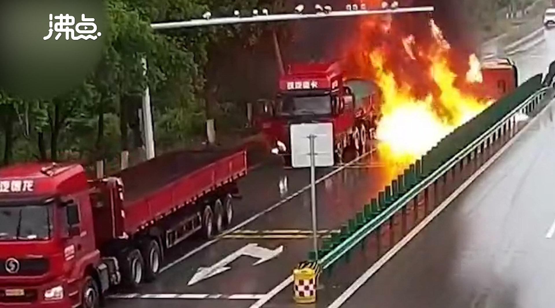 湖北黄冈一油罐车侧翻起火
