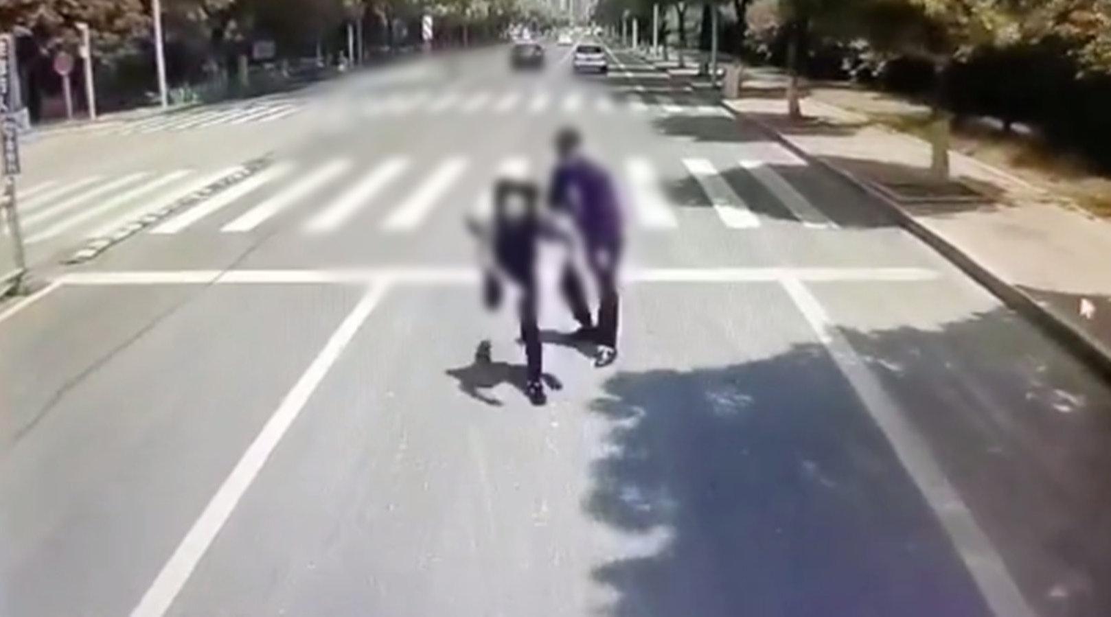 男子将女友推向行驶公交