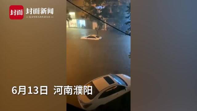 暴雨淹没街道 有人水中仰泳