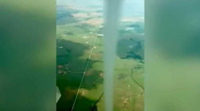 男子驾滑翔机绕龙卷风飞行