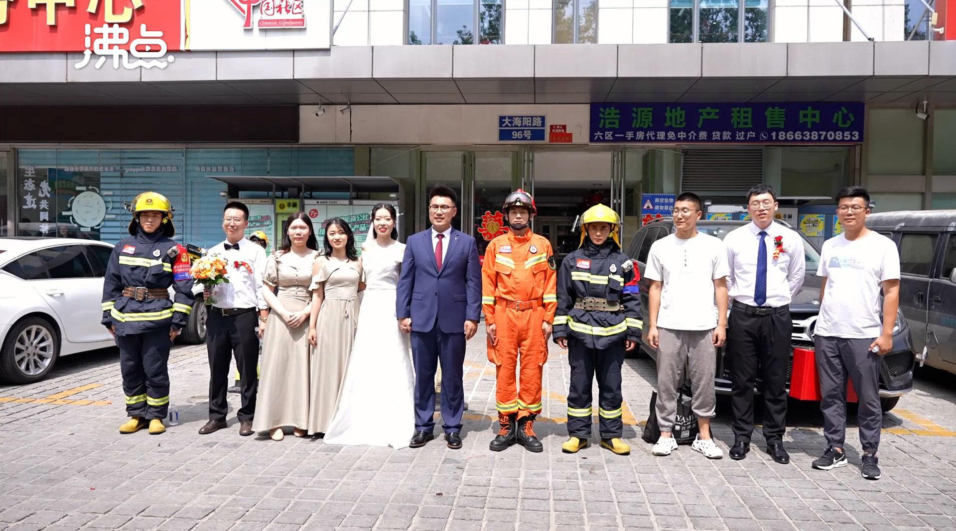 消防员救援成功 新人求合影