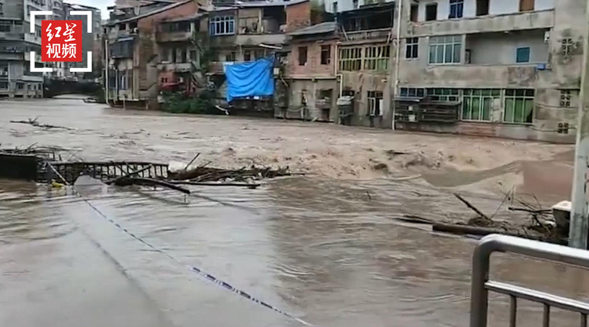 暴雨引发四川巴中城区内涝