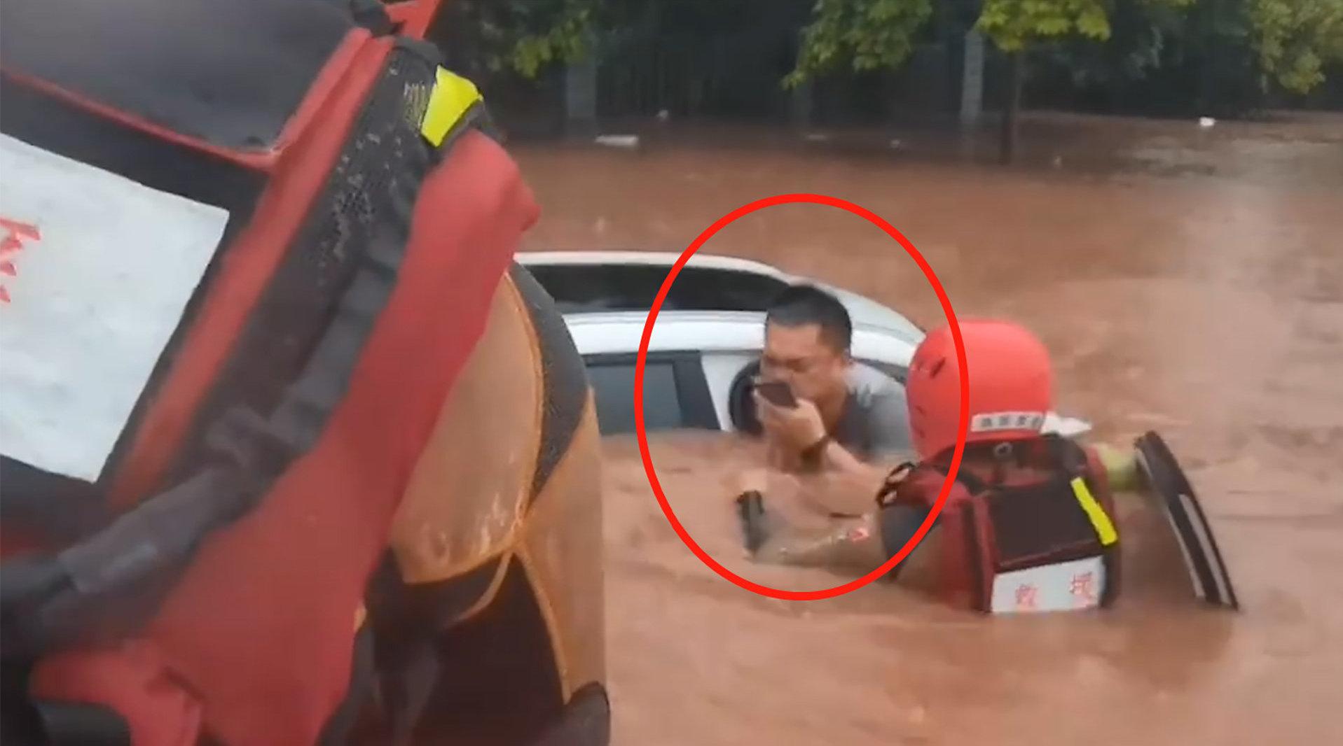 轿车被淹水漫司机颈部