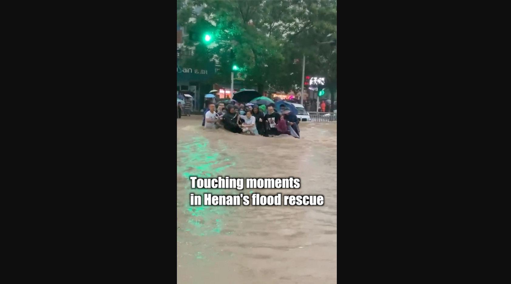 暴雨中的感动瞬间