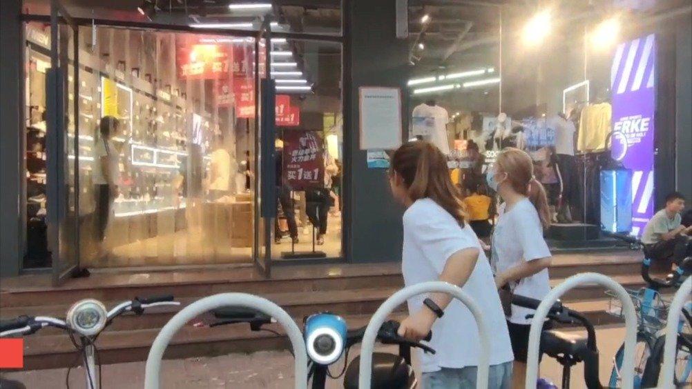 """直击北京鸿星尔克专卖店:顾客上演""""野性消费"""""""