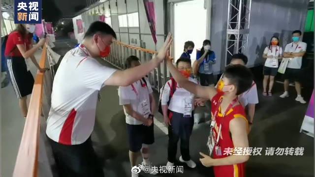 姚明和女子篮球队员击掌庆祝
