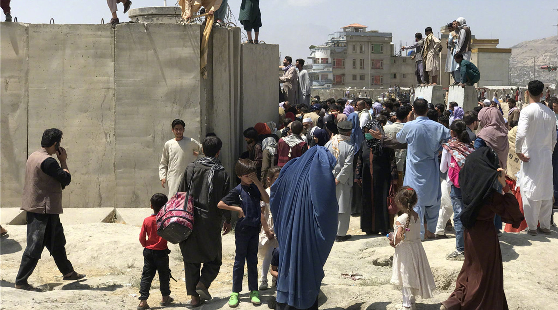 卫星航拍喀布尔民众围堵机场