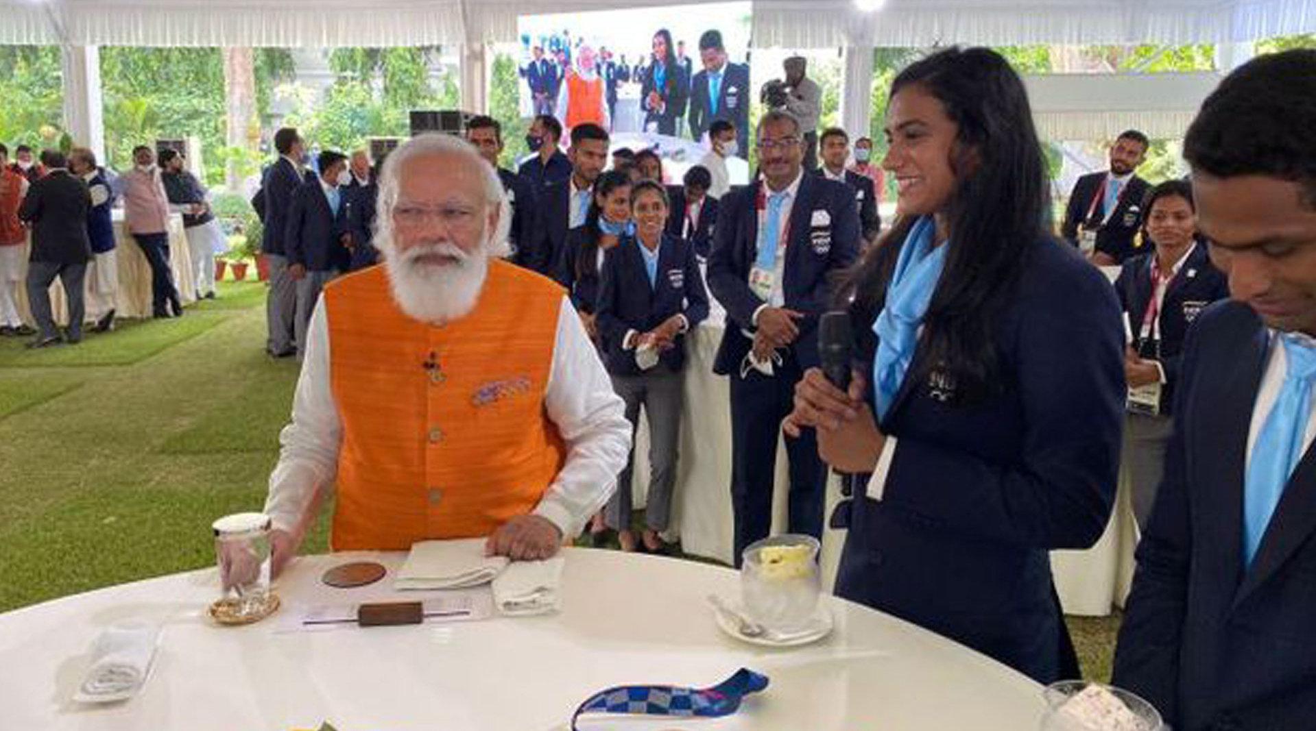 莫迪请印度女运动员吃冰淇淋