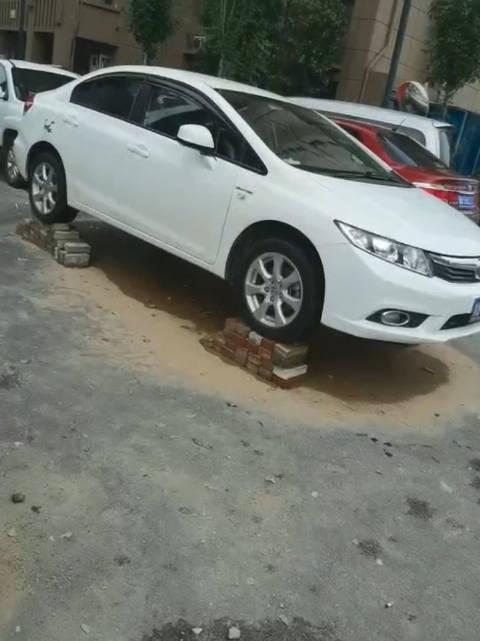 郑州汽车踩高跷应对暴雨