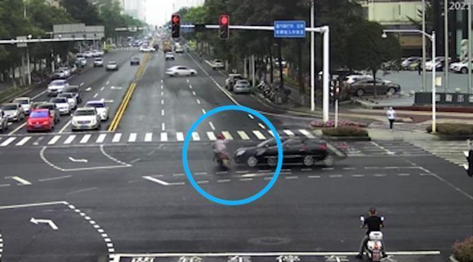 男子骑电车闯红灯被撞负全责