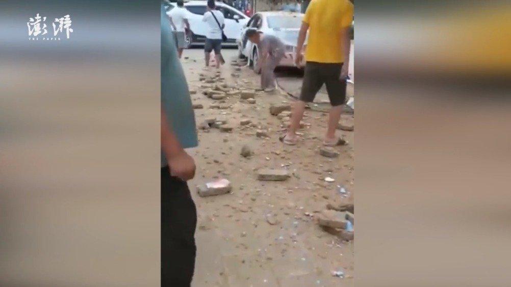 学员驾驶教练车撞穿墙体