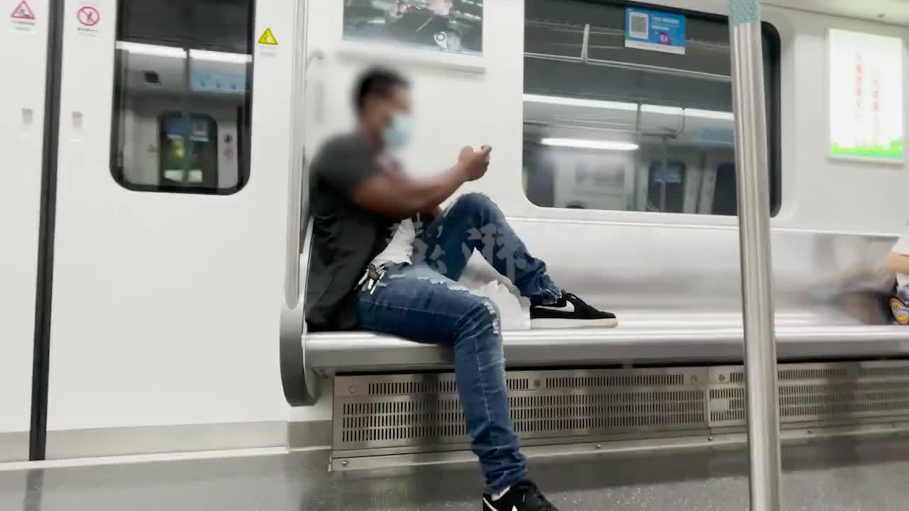 武汉地铁回应外籍男子踩座椅