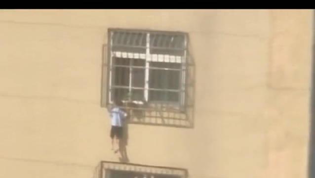 空调维修工徒手爬4楼救男童