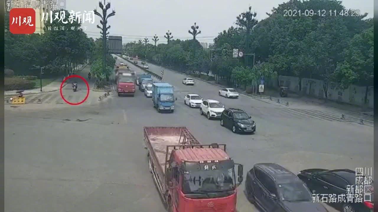 吓人!成都一大货车右转致1死1伤 肇事司机已被刑拘
