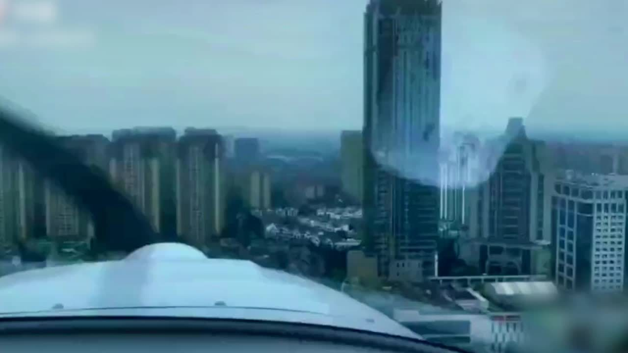 飞机低空穿越成都城区楼群