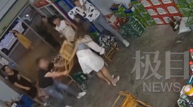 男子拿椅子猛砸女友