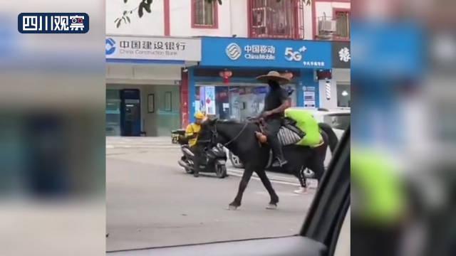 男子穿侠客装骑马上路