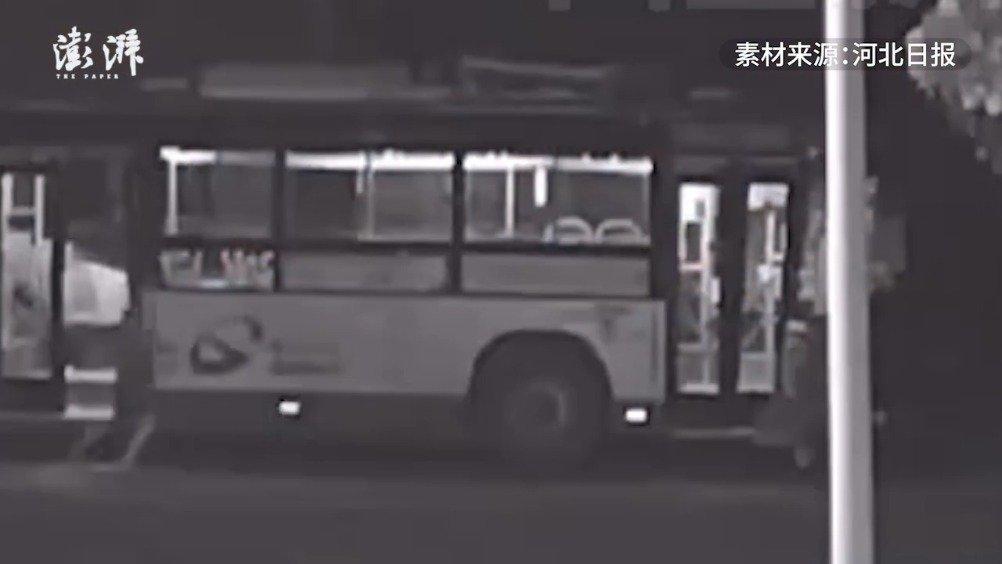 男子酒后偷开公交车十几公里