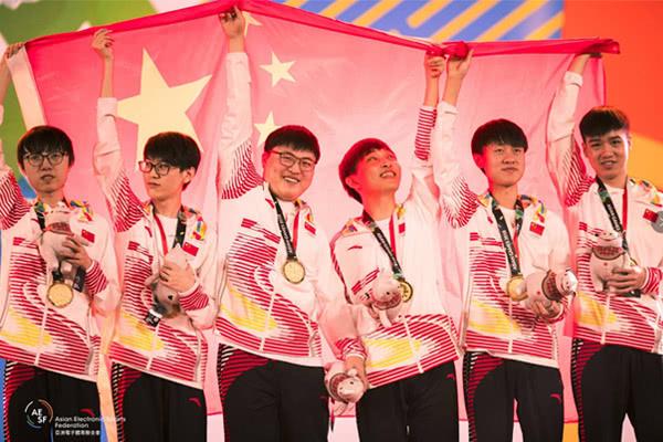 中国选手身披国旗