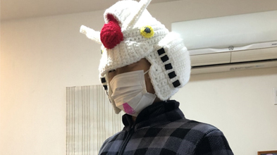 圣诞节妻子送丈夫高达针织帽 造型还原画面暖心