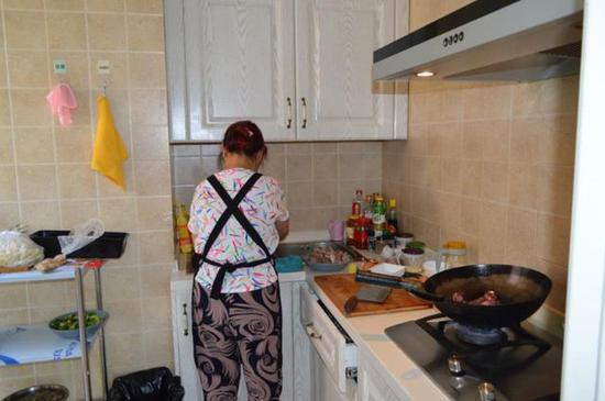 阿姨正在做午饭