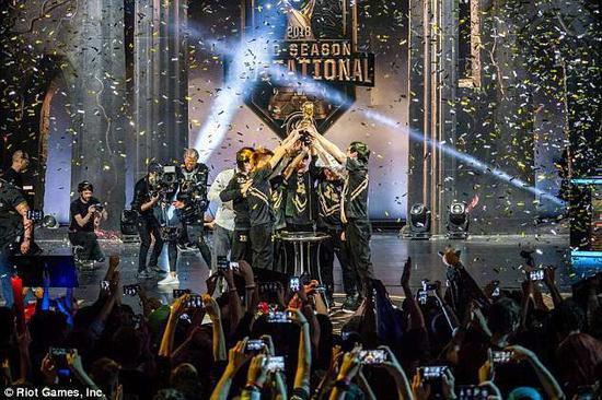 RNG战队在赢得2018年MSI冠军之后首尝国际赛胜利的滋味。