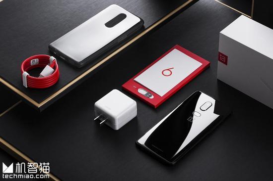 相对而言,普通版的OnePlus 6少了一些这些定制化的设计元素,其包装、配件、设计都是大家熟悉的一加手机风格