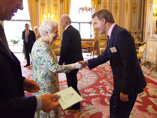 Neon Play曾获得'女王创新奖',图为白金汉宫觐见英国女王