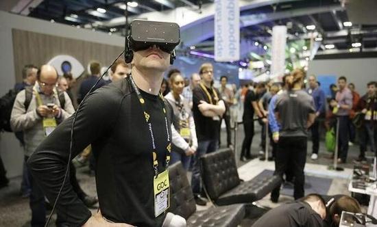 另一项神经学研究表明:来自身后的声音更吓人,而背后视角更容易吸引眼球。为了展现一幢建筑,可以让玩家扮演观察者,在室外走动,透过窗户窥视亮灯的房间。以此提升沉浸感。   用户界面   增加用户对于界面的控制很有必要,有些东西是迫不得已才被简化的。在选择VR、AR设备以及控制器时都要考虑到这一点。   注意力   对于开发者来说,VR的另一个不便之处是:用户可以到处乱看。不要害怕,不要强迫玩家改变视角。这既会让用户感到眩晕,也是设计糟糕的标志。用光线或者声音引导玩家的视线是更巧妙的做法。   试验   可