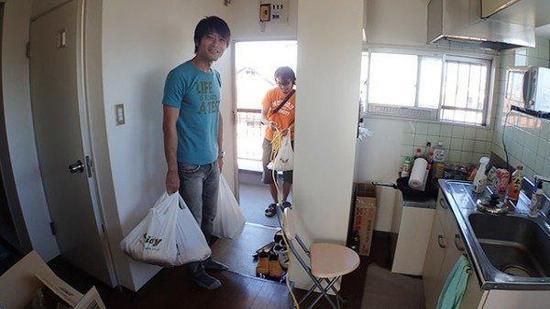 神了!日本一男子为充电玩手游接出200米电源线