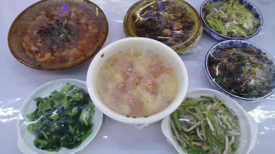 国内与韩国的模式基本相同,OMG俱乐部的厨师是两位阿姨,专门负责队员的饮食
