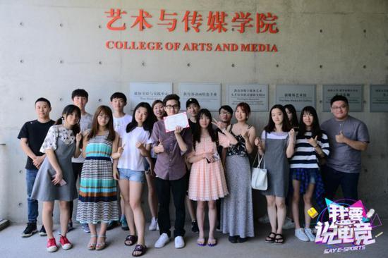 (7月11日remember,徐鲤,郭佳庆和同学们的课后合照)