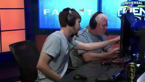 儿子指导父亲游戏操作