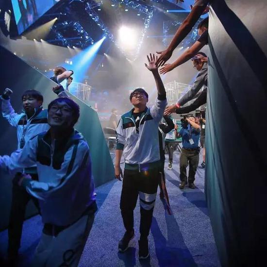 LFY获胜后离场与现场观众的互动