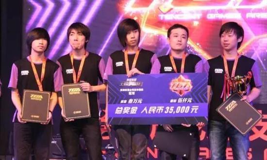tabe(左一)与CCM的第一冠