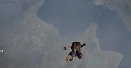 该玩家表示刚刚从飞机跳下,但在空中飞了没一会儿时间,他竟然在空中直接被对方玩家击杀了,而下面显示其他玩家用拳头击杀了他。