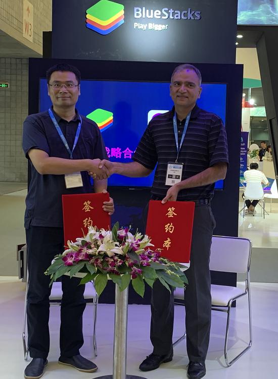疯狂体育CEO彭锡涛(左)与BlueStacks蓝叠CEO Rosen Sharma(右)在会上签约