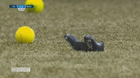 散落在场内的手柄与网球