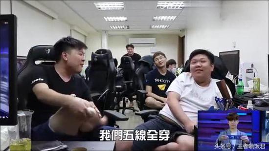 队员们讨论打IG