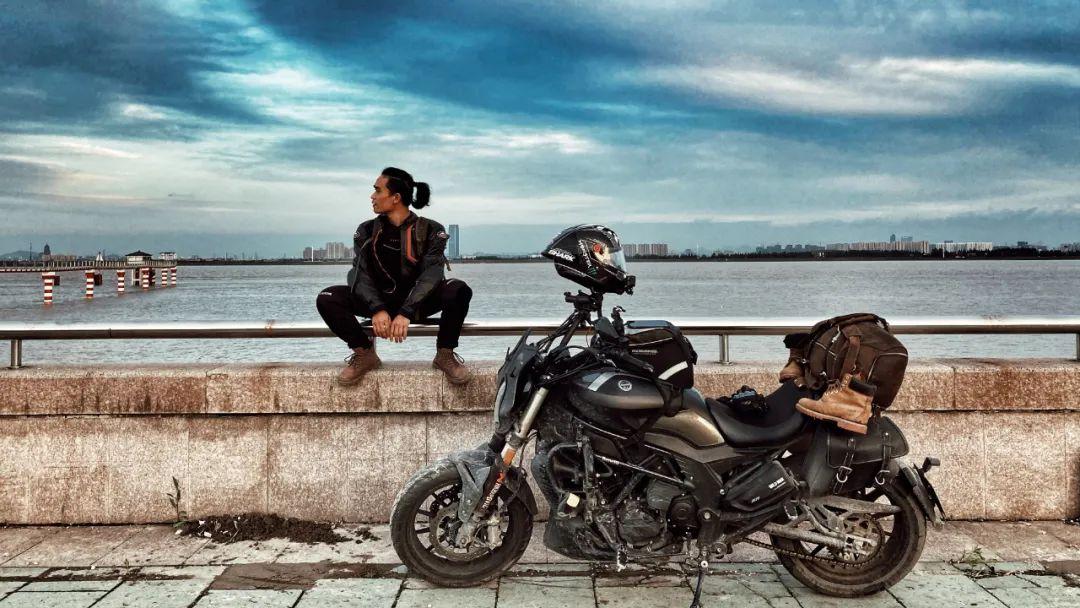 骑着摩托扛着相机流浪地球的化哥LEO | #我和我的贝纳利#