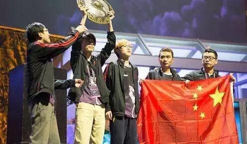 TI4夺冠阵容,从左至右依次是狗哥,MU,HAO,xiao8和香蕉